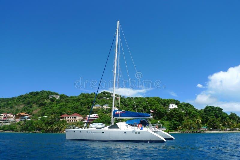 Die Liegeplätze chartern Yacht nahe Tortola, Britische Jungferninseln lizenzfreies stockbild