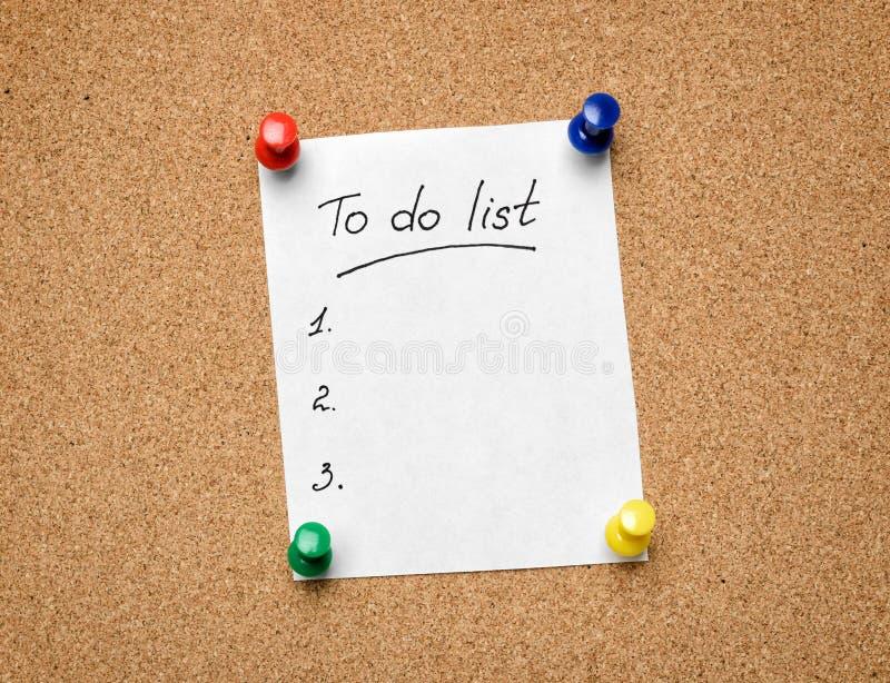 A die Lijst te doen aan een cork berichtraad wordt gespeld aangezien een hulp aan efficien stock afbeelding