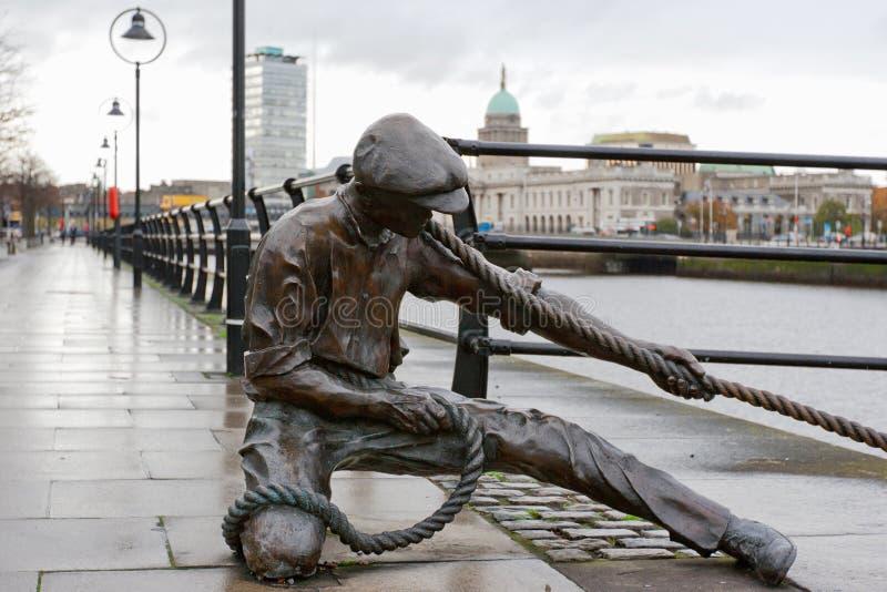 Die Linesmanstatue. Dublin, Irland lizenzfreie stockbilder