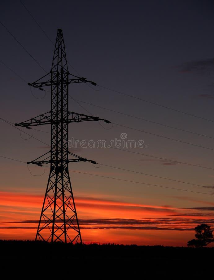 Die Linie der Unterstützung für elektrische Gänge gegen einen Sonnenuntergang lizenzfreie stockbilder