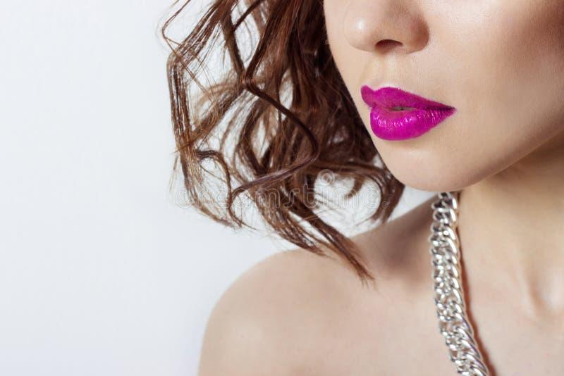 Die Lippen des großen schönen sexy sinnlichen Mädchens mit hellem rosa Lippenstift, Schönheitsmodefotografie lizenzfreie stockfotografie