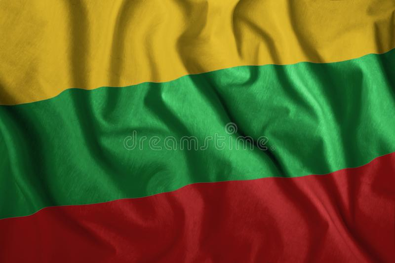 Die litauische Flagge flattert im Wind Farbenfrohe, nationale Flagge Litauens Patriotismus, ein patriotisches Symbol lizenzfreie stockfotografie