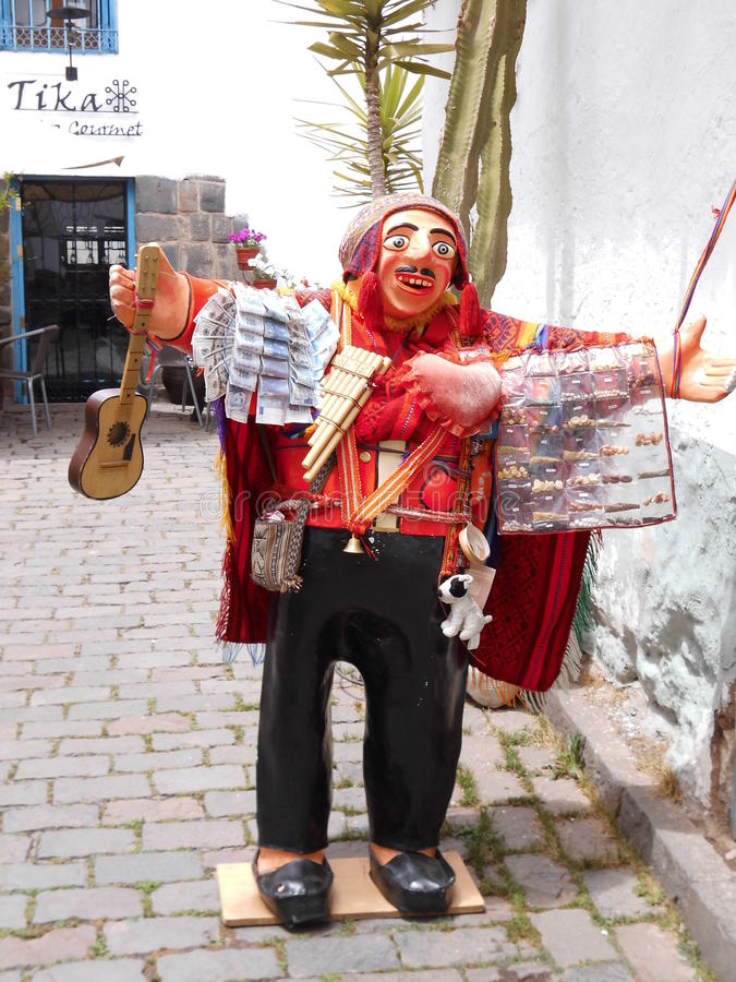 Die lokale Frau, die in der Straße strickt, stellt die lokale Tradition in Cuzco dar stockbilder