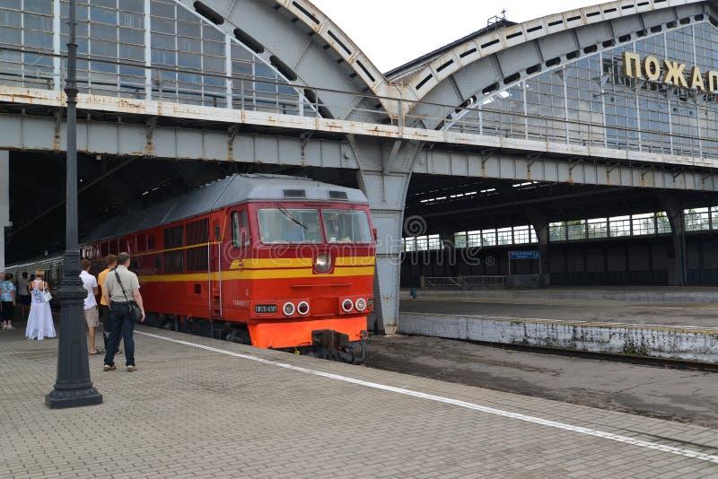 Die Lokomotive nähert sich zur Plattform der Youzhny-Station stockfotos