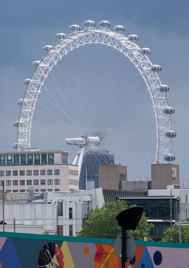 Die London Eye-Riesenradtouristenattraktion, fotografiert Ende des Nachmittages mit den Gondeln, welche die Sonne reflektieren stockbilder