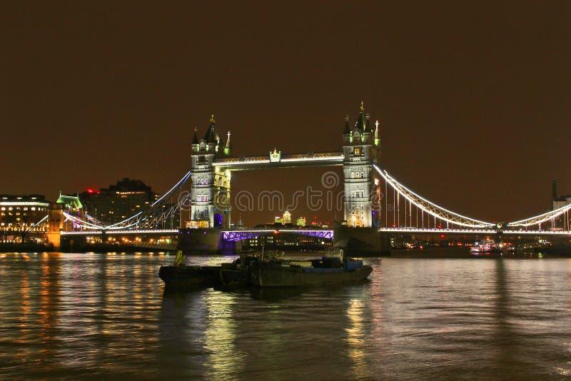 Die London-Turm-Brücke und Themse nachts lizenzfreies stockfoto