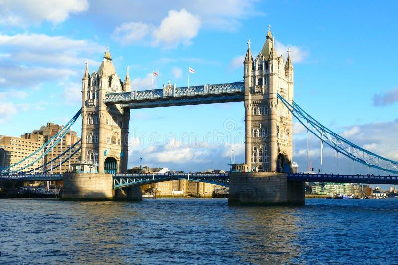 Die London-Turm-Brückenpracht auf der Themse stockfotos