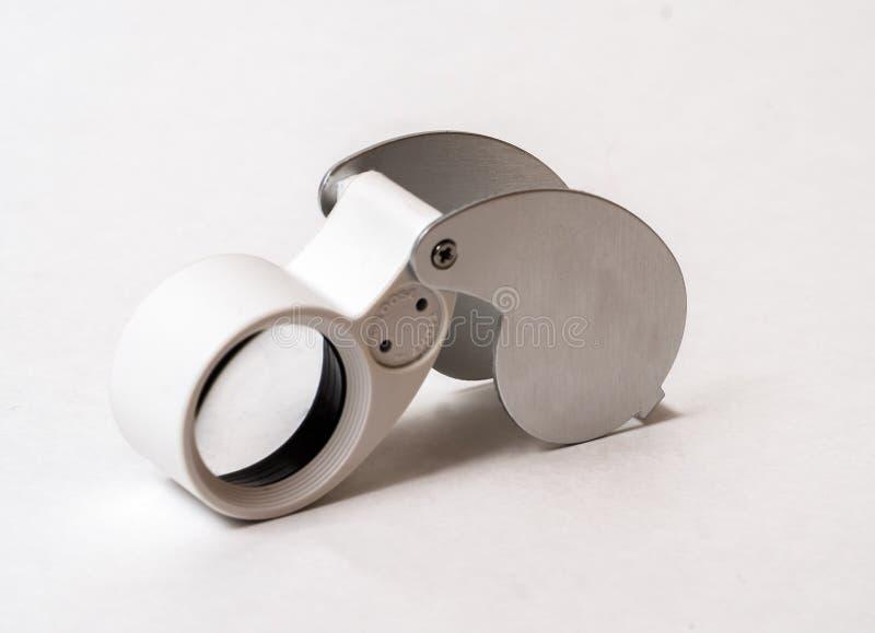 Die Lupe des Juweliers lokalisiert auf einem weißen Hintergrund lizenzfreie stockfotos