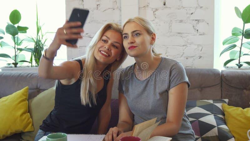 Die Mädchen machen selfie stockfotos