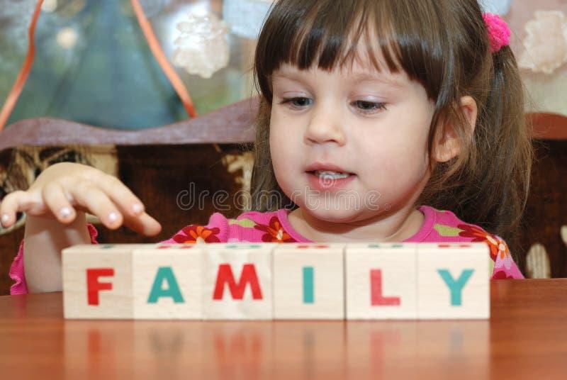 Die Mädchen- und Spielzeugwürfel stockbild