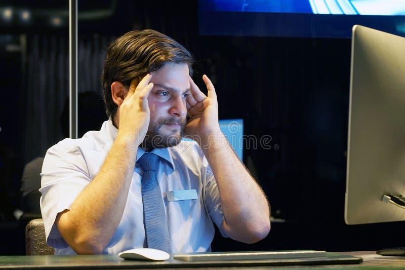 Die Männer ` s Kopfschmerzen Mann drückt ihren Kopf zusammen stockbilder