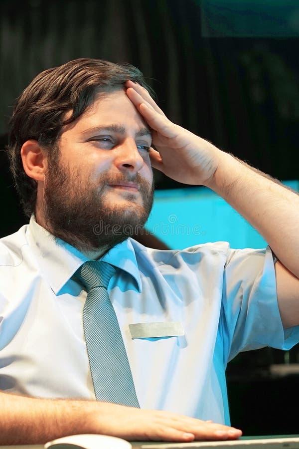 Die Männer ` s Kopfschmerzen Mann drückt ihren Kopf zusammen lizenzfreies stockbild