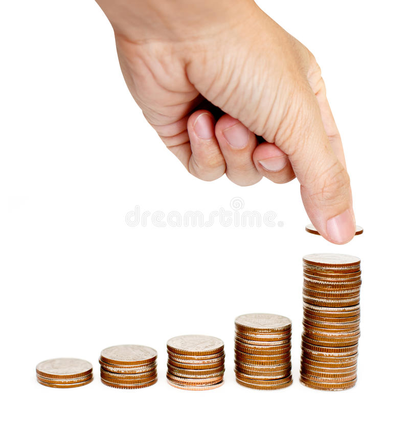 Die männliche Hand, die Münze auf einen Stapel des Steigens setzt, prägt stockbild