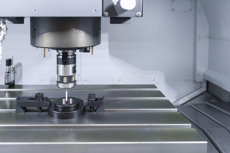 Die Maßsonde auf der CNC-Maschine für Kalibrierung stockfotos