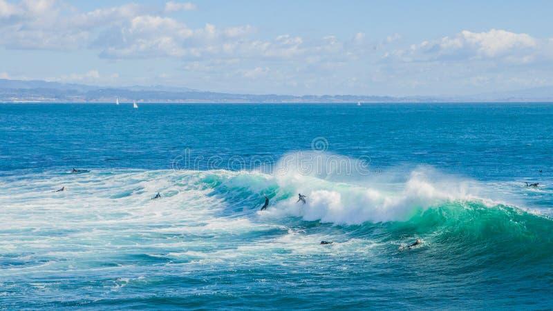 Die magischen enormen Wellen in der Bucht von Santa Cruz dieses eine Brandung machen stockfoto
