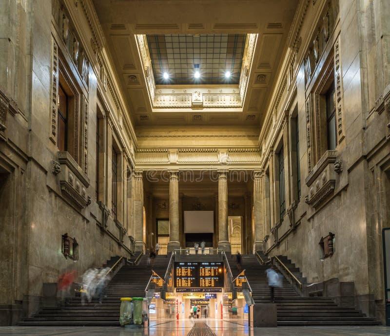 Die Mailand-Hauptbahnhofsleute, die schnell für gehen, nehmen den Zug lizenzfreie stockbilder