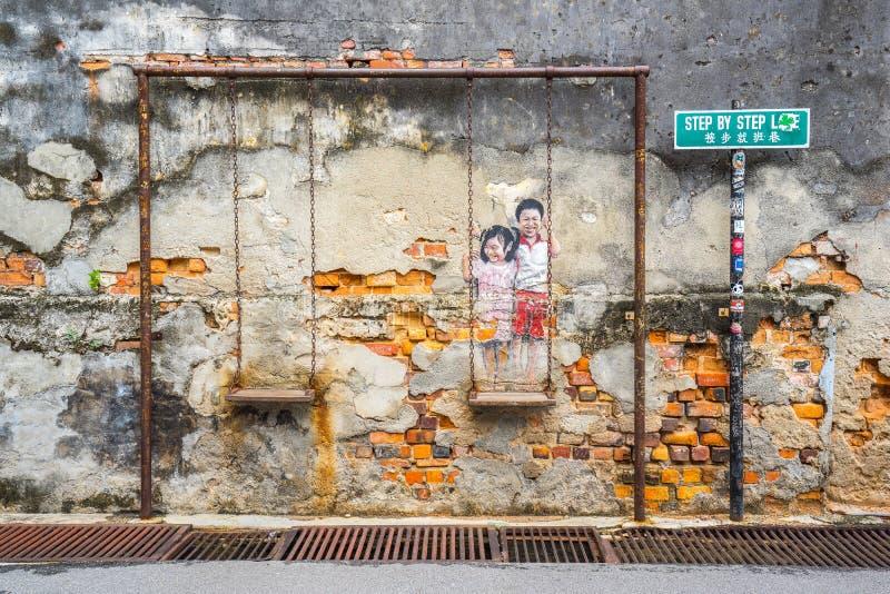 Die Malerei von ein paar Kindern auf einem Schwingen bei George Town, lizenzfreie stockbilder