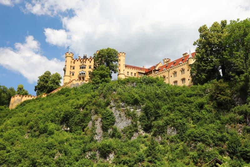 Die malerischen Vorberge der Alpen, der See, der mit den niedrigen Felsen überwältigt werden mit dem dichten Holz umgeben wird, s lizenzfreies stockbild