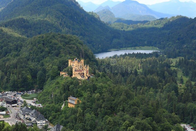 Die malerischen Vorberge der Alpen, der See, der mit den niedrigen Felsen überwältigt werden mit dem dichten Holz umgeben wird, s lizenzfreie stockfotografie