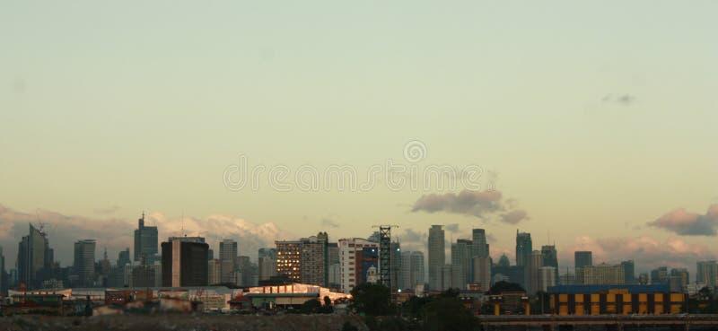 Die Manila-Skyline bei Sonnenuntergang stockfotos