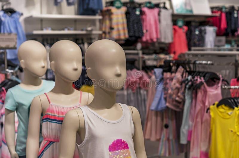 Die Mannequins der Kinder mit Sommerkleidung im Speicher stockbild