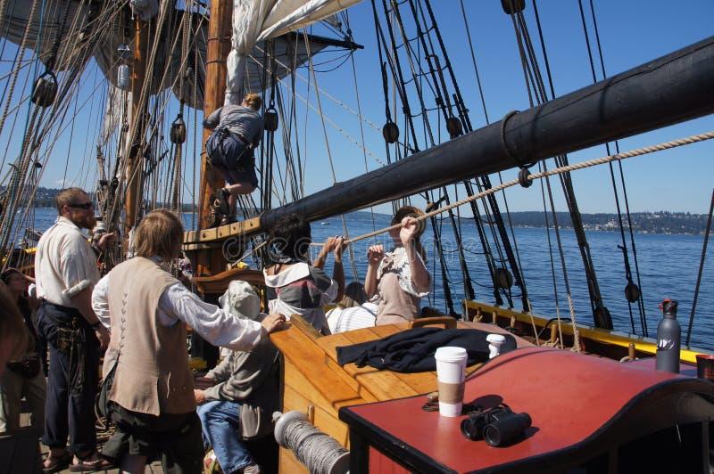 Die Mannschaft stellt die Segel der Dame Washington ein lizenzfreie stockbilder