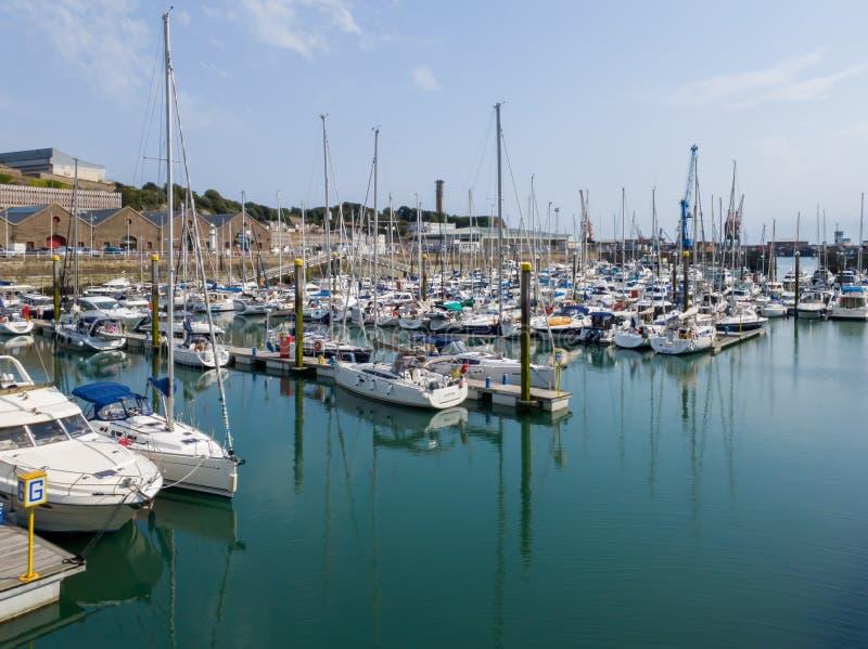 Die Marina von St Helier ist sehr groß lizenzfreies stockfoto