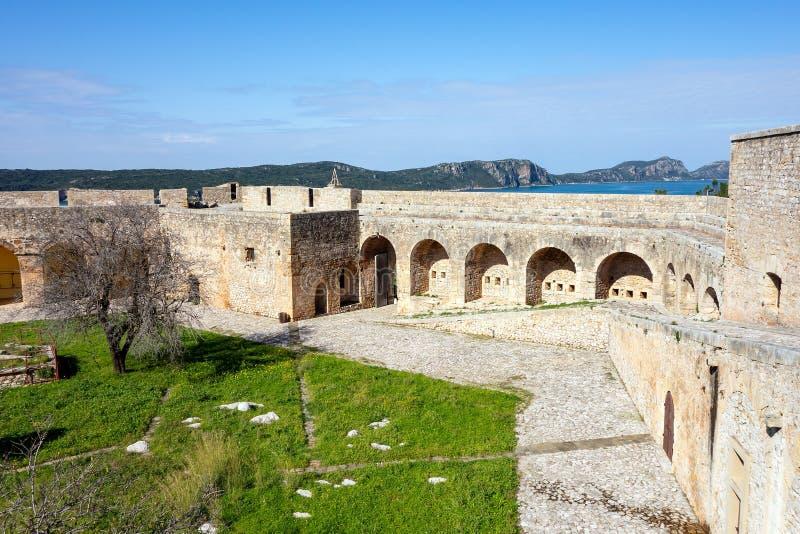 Die Mauer und der Innenhof des Schlosses Pylos Niokastro, Neokastro in der Stadt Pylos, Griechenland lizenzfreies stockfoto