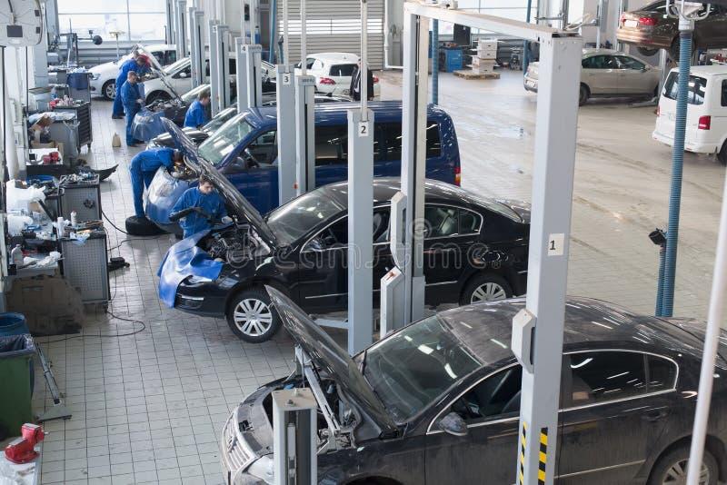 Die Mechaniker, die Auto reparieren