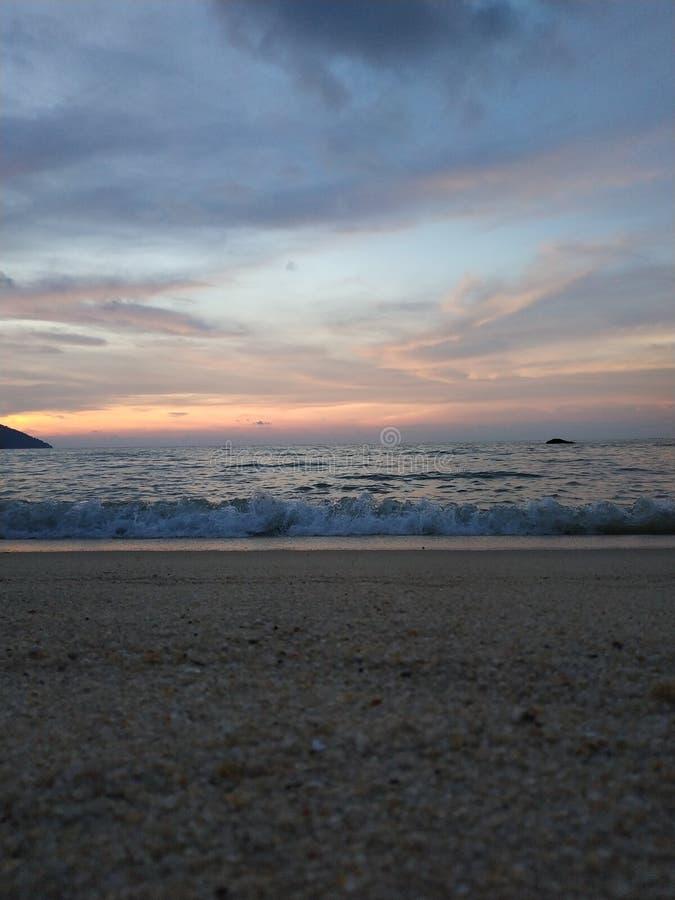 Die Meereswogen, die auf dem Strand zusammenstoßen stockfoto
