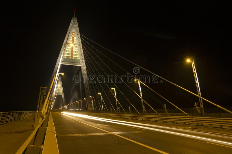 Die Megyeri-Brücke in Budapest bis zum Nacht lizenzfreies stockbild