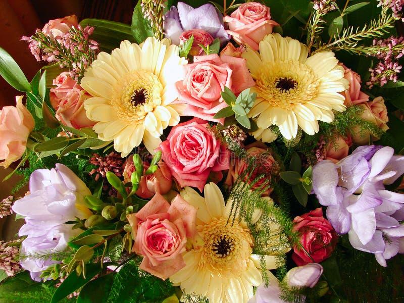 Die mehrfarbigen Blumen des Schönheit Blumenstraußes stockbild