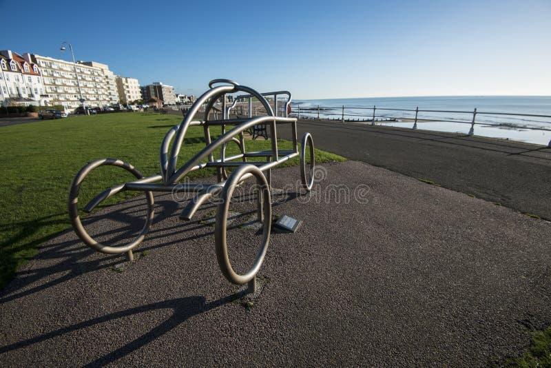 Die Metall-Skulptur eines frühen Autos gedenkt das Welt- ` s erstes Bewegungs-Rennen in Bexhill-auf-Meer in Ost-Sussex, England stockbilder