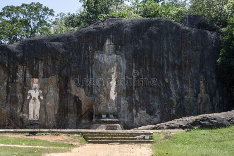 Die 15 Meter hohe Buddha-Statue steht bei Buduruwagala, nahe Wellawaya in zentralem Sri Lanka im Mittelpunkt lizenzfreie stockfotos