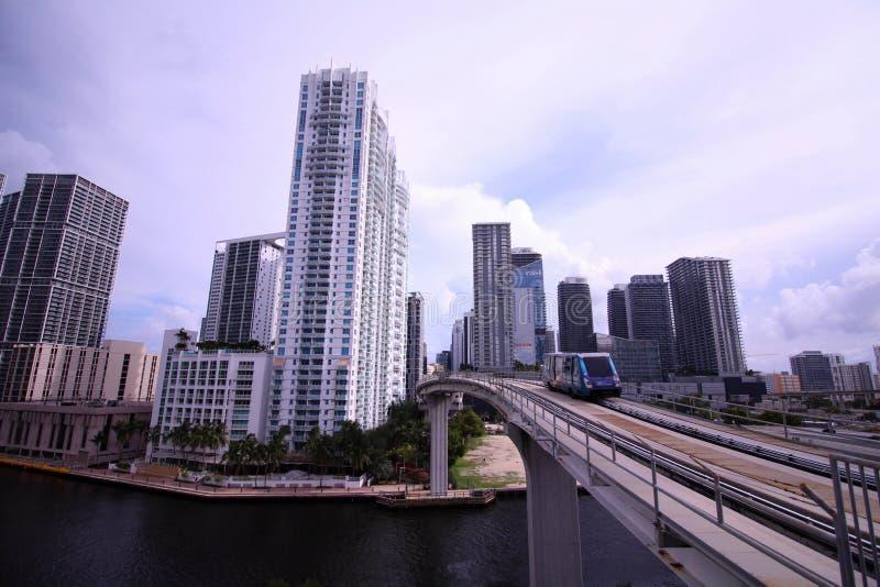 Die Metro-Urheber-Bahnbrücke über dem Fluss Deviding im Stadtzentrum gelegenes Miami und Brickell lizenzfreie stockfotografie