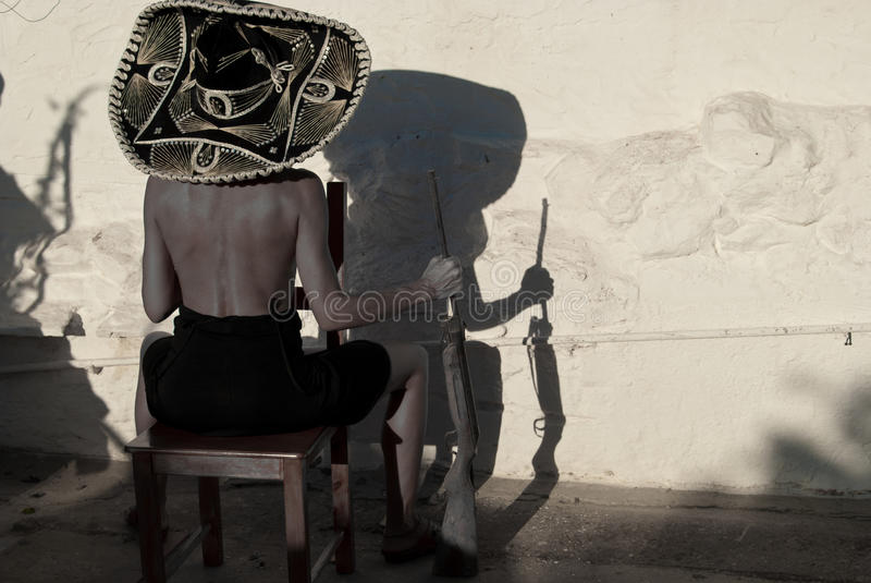 Die mexikanische Frau mit Gewehr und Hut stockfoto
