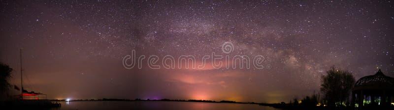 Die Milchstraße über dem See in der Wüste lizenzfreie stockbilder