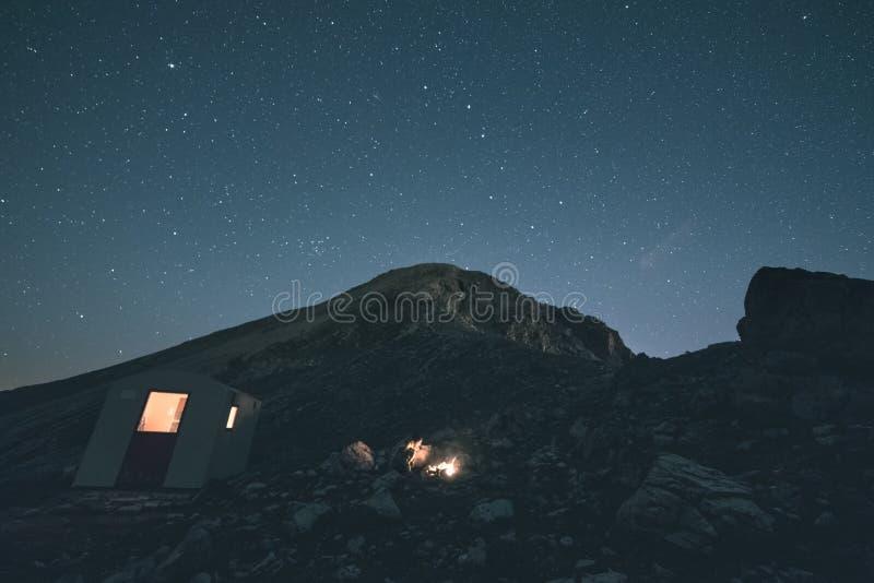 Die Milchstraße über den Bergen, lange Belichtung auf den italienisch-französischen Alpen, Gebirgshütte und Schutz belichtet Geto lizenzfreies stockbild