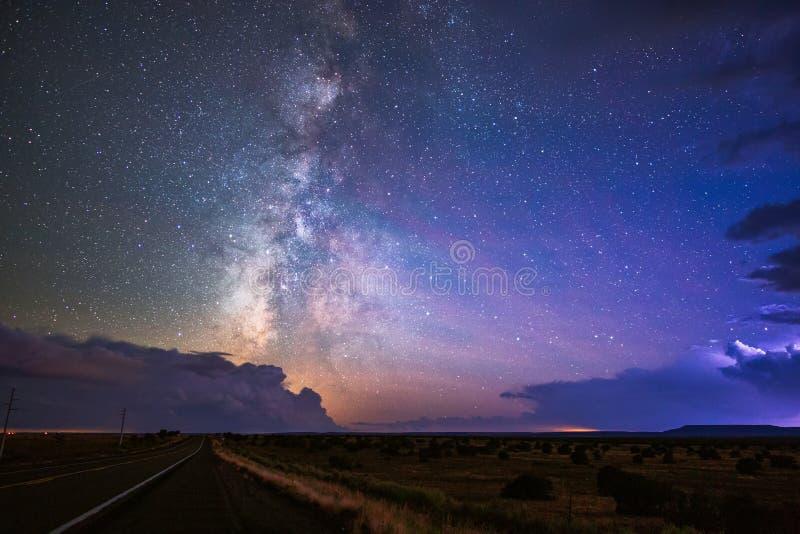 Die Milchstraße und der sternenklare nächtliche Himmel zwischen Gewitterwolken lizenzfreies stockfoto