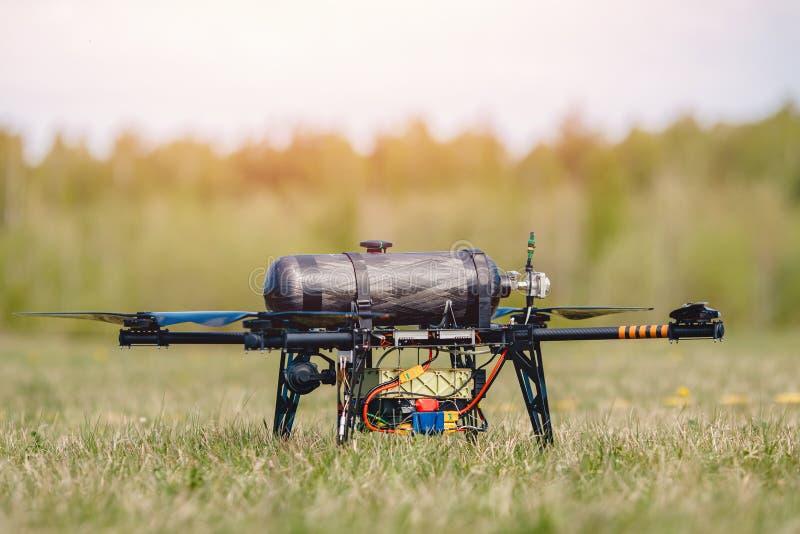 Die militärische Hybrid-Drohnenflugprüfung läuft auf Wasserstoff, um Menschen zu erkennen und Brände zu löschen lizenzfreie stockbilder