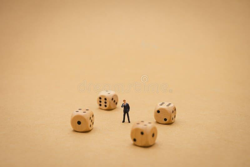 Die Miniaturleutegesch?ftsm?nner, die auf Panicked stehen, schauen B?rse Aufgliederung- und Bewertung des Portefeuillesinvestitio lizenzfreie stockfotografie