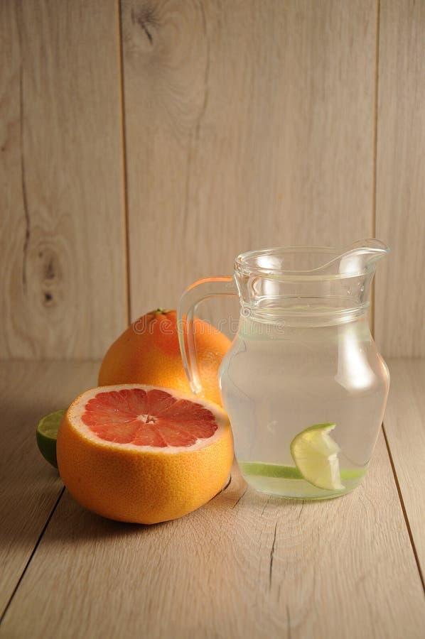 Die Mischung von Zitrusfrüchten und von Limonade stockbild
