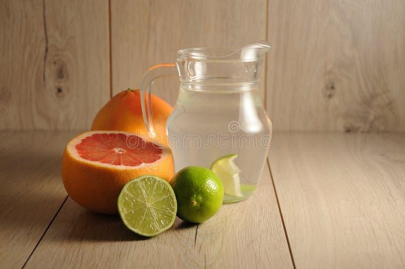 Die Mischung von Zitrusfrüchten und von Limonade stockfotografie