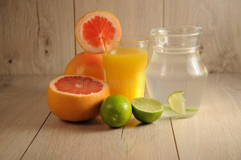 Die Mischung von Zitrusfrüchten und von Limonade lizenzfreie stockbilder