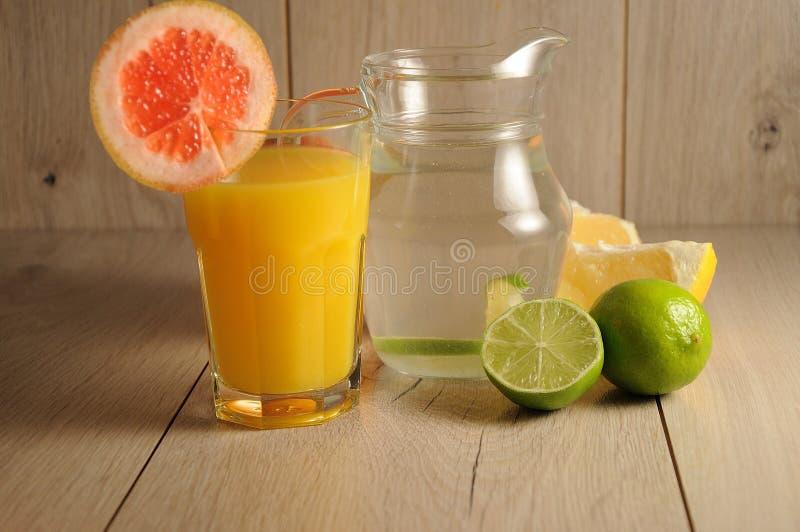 Die Mischung von Zitrusfrüchten und von Limonade lizenzfreie stockfotos