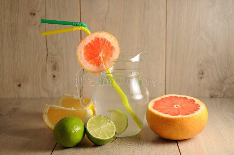 Die Mischung von Zitrusfrüchten und von Limonade stockbilder