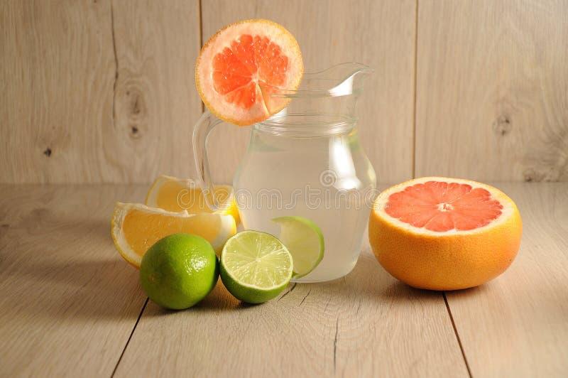 Die Mischung von Zitrusfrüchten und von Limonade stockfotos