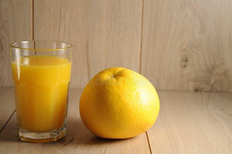 Die Mischung von Zitrusfrüchten und von Orangensaft lizenzfreie stockbilder
