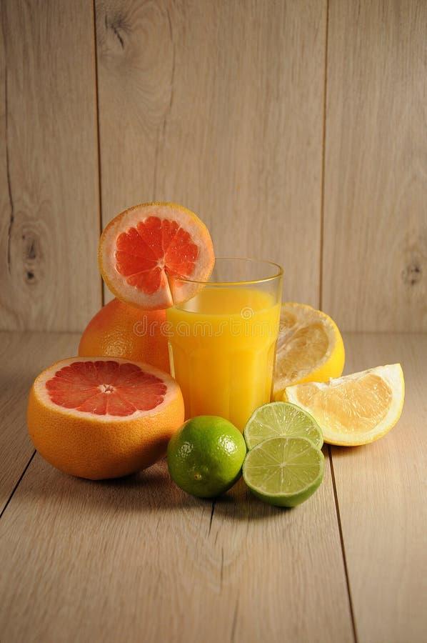 Die Mischung von Zitrusfrüchten und von Orangensaft stockfotos