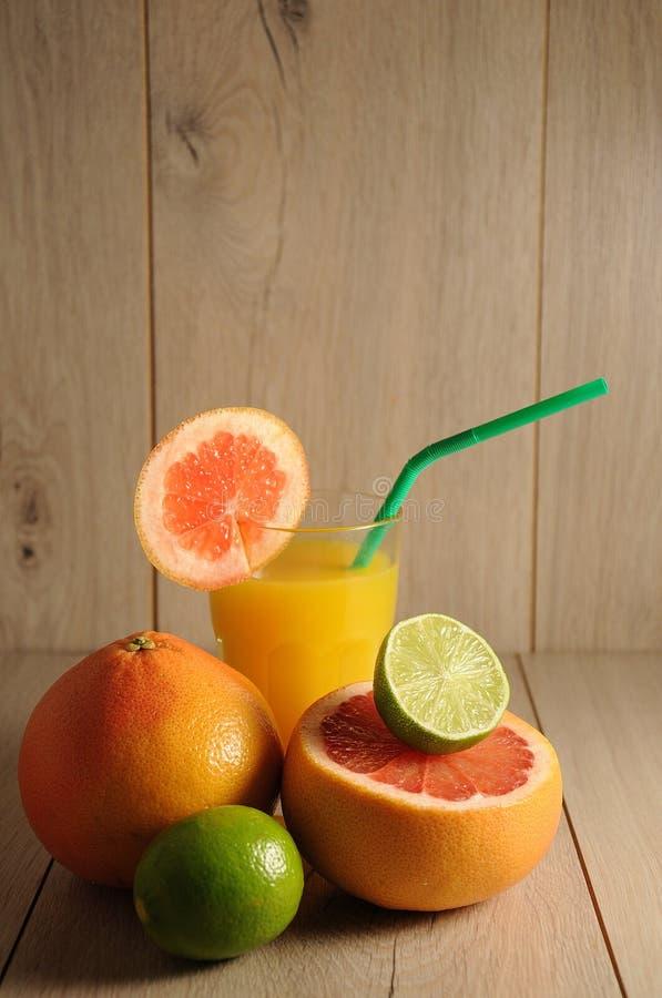 Die Mischung von Zitrusfrüchten und von Orangensaft lizenzfreie stockfotografie